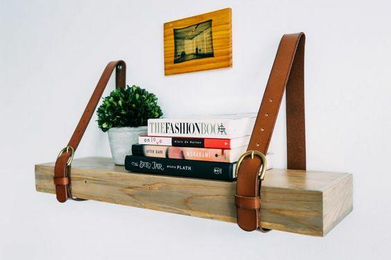 Lakásdekorációs ötletek - könyvespolc bőr övből
